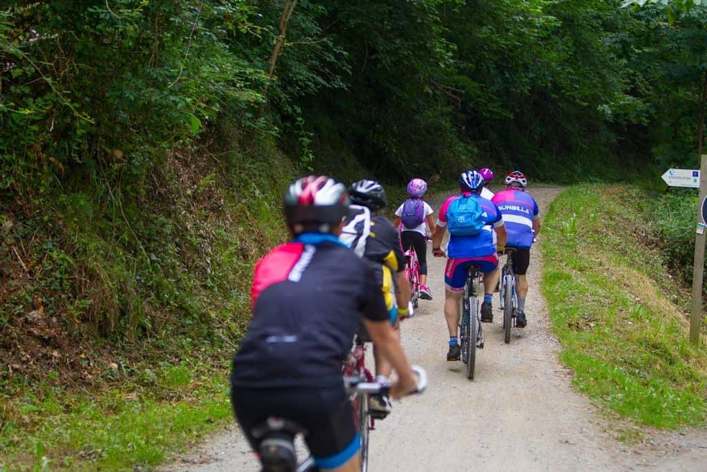 Grupo de amig@s pedaleando por la Vía Verde del Bidasoa